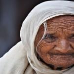 कैसे दुसरो के साथ अपनी खुशिया बांटे – एक बूढ़ी माँ की कहानी
